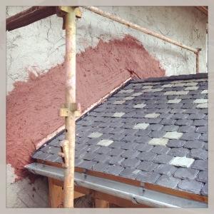 Lerklining över farstutaket. Om ni undrar varför leran är röd så är det för att Marcus råkade ha i lite pigment i blandningen. Vårt hus ska inte bli rött när det är klart utan vitt!