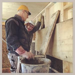 Anders och Ewa fyller väggarna med träflislera.